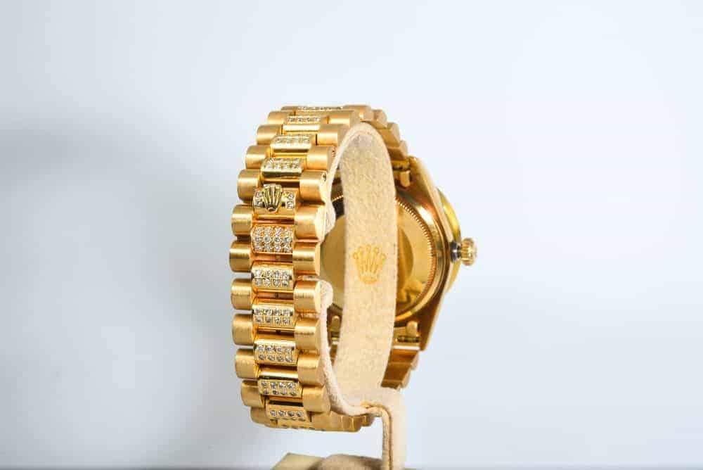 A look at a golden watch with President's watch band.