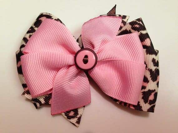 A close look at a pink button bow.