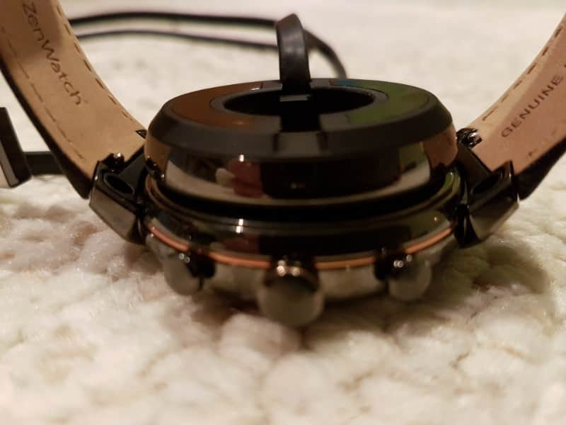 Charger magnetically attached to ZenWatch 3