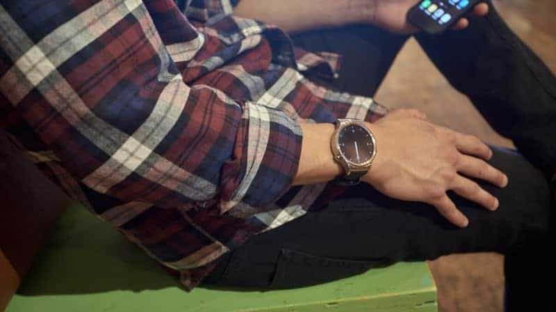 A man wearing a Huawei smartwatch showing the clock.