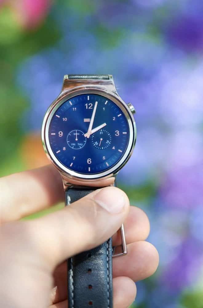 Huawei smartwatch screen showing the clock.