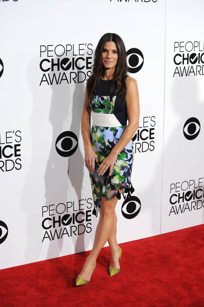 Sandra Bullock wearing a sleeveless dress during 2014 People's Choice Awards.